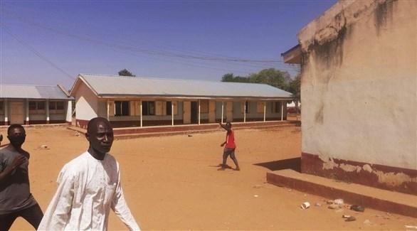 نيجيريون بالقرب من مدرسة (أرشيف)