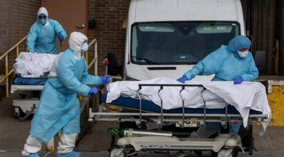 أطباء أتراك ينقلون جثة شخص توفي بكورونا (أرشيف)