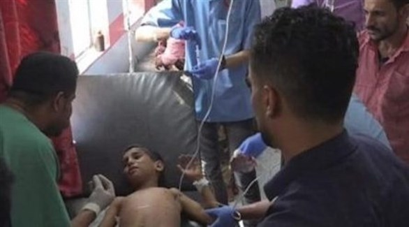أطباء يمنيون يعالجون طفلاً أصيب بقصف حوثي (تويتر)