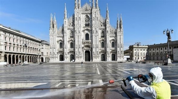 عامل يعقم شارعاً في روما (أرشيف)
