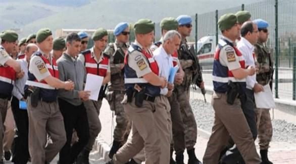 عناصر من الشرطة العسكرية التركية يقتادون متهمين بالتورط في انقلاب 2016 الفاشل (أرشيف)