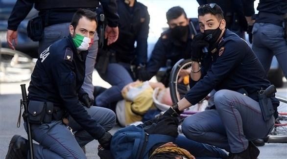 عناصر في شرطة مكافحة الإرهاب الإيطالية تعتقل مطلوبين (أرشيف)