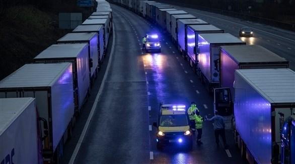 شاحنات في ميناء دوفر البريطاني بعد منعها من الوصول إلى فرنسا (تيليغراف)