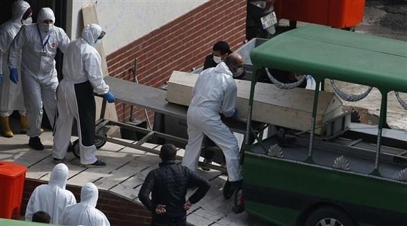 فريق طبي ينقل جثة مصابة بكورونا (أرشيف)