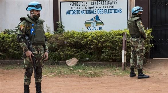 جنديان من قوات حفظ السلام في أفريقيا الوسطى أمام هيئة الانتخابات في بانغي (أرشيف)