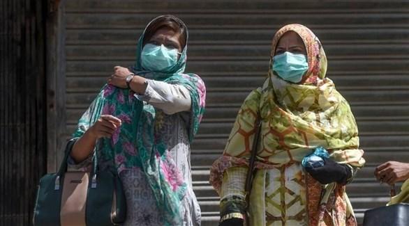 سيدتان ترتديان الكمامات للوقاية من كورونا في باكستان (أرشيف)