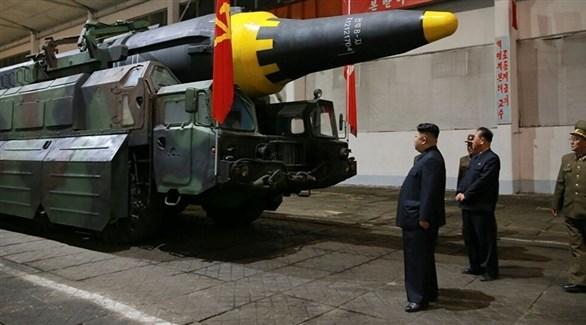 زعيم كوريا الشمالية جونغ أون يتفقد الأسلحة (أرشيف)