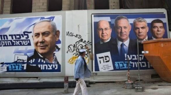 إسرائيلي أمام معلقات قبل انتخابات برلمانية سابقة (أرشيف)