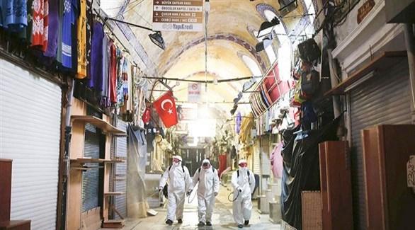 فريق تعقيم في أحد أسواق اسطنبول التركية (أرشيف)
