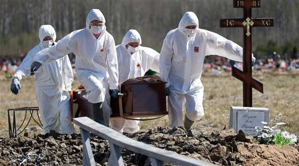 عمال ينقلون تابوتاً إلى إحدى المقابر (أرشيف)