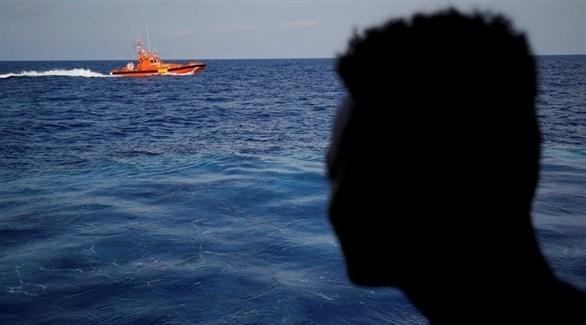 رجل ينظر إلى أحد قوارب النجاة (أرشيف)