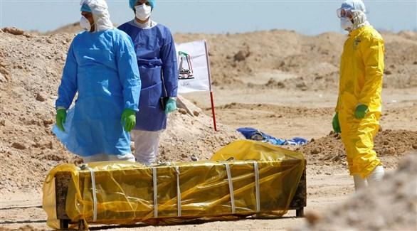 عراقيون ينقلون جثة أحد ضحايا كورونا لدفنها (أرشيف)