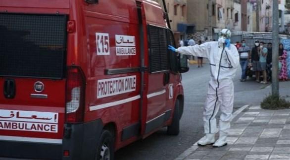 مسعف إلى جانب سيارة إسعاف للدفاع المدني المغربي (أرشيف)