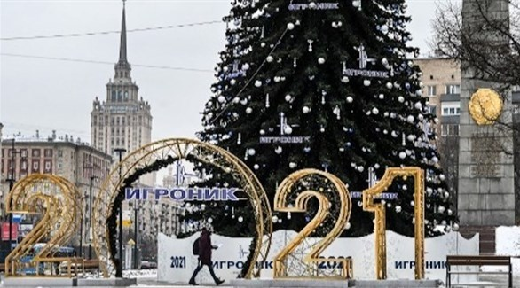 روسي يسير وسط موسكو (أرشيف)