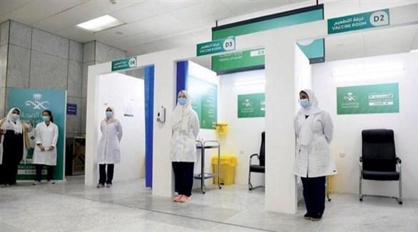 ممرضات في مركز سعودي للتلقيح ضد كورونا (واس)