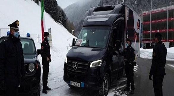 عناصر من الدرك الإيطالي إلى جانب شاحنة نقل أول شحنة من اللقاحات ضد كورونا (لاستامبا)