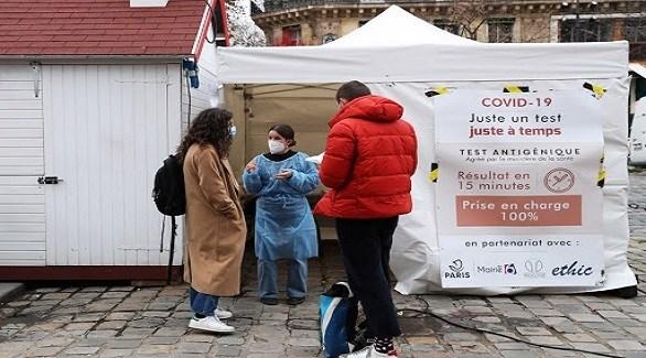 فرنسيون أمام خيمة لكشف كورونا في العاصمة باريس (أرشيف)