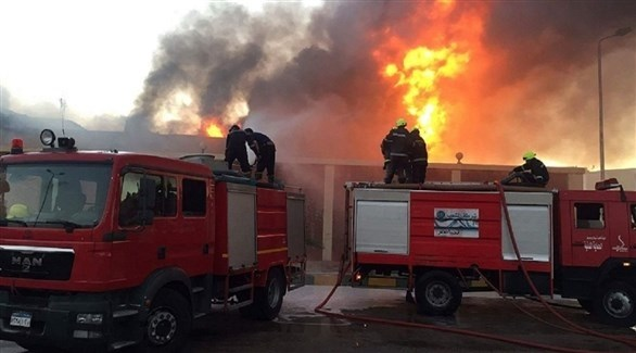 طواقم الدفاع المدني المصرية تحاول إخماد الحريق (أرشيف)