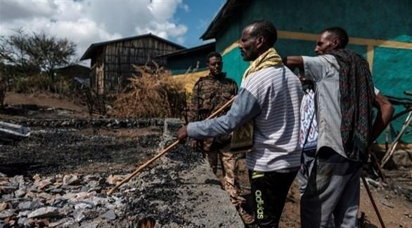 إثيوبيون يتفقدون بيوتهم المحروقة (أرشيف)