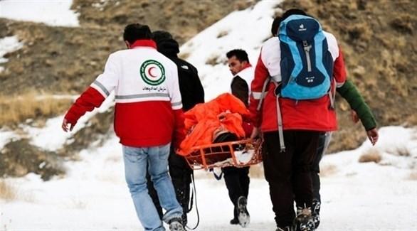 فرق دفاع مدني تخلي جثة قتيل في الانهيارات (تويتر)