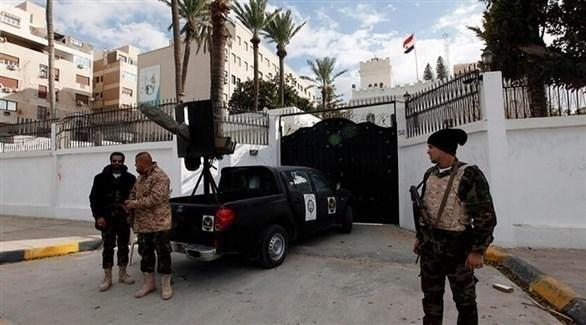 رجال أمن يحرسون السفارة المصرية في طرابلس (أرشيف)