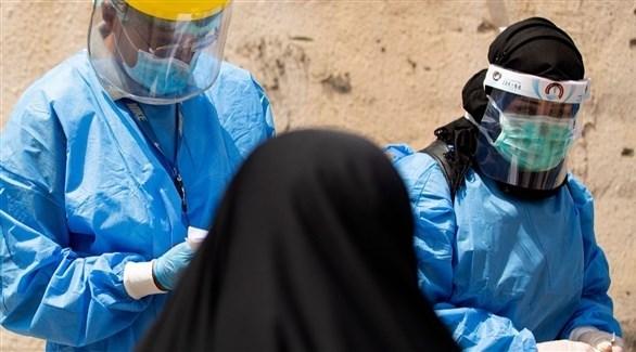 طبيبان يقدمان الرعاية الطبية لسيدة عراقية (أرشيف)