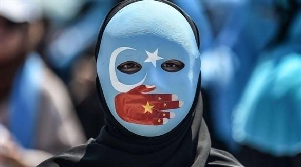 شخص يرتدي قناعاً أثناء التظاهر ضد السلطات الصينية (أرشيف)