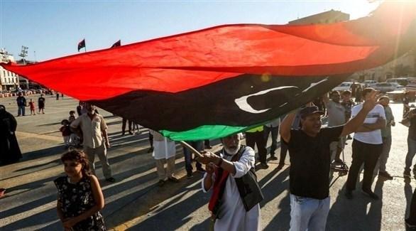 متظاهرون يرفعون العلم الليبي (أرشيف)