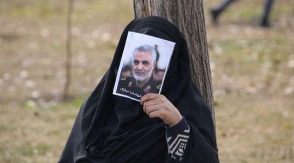 امرأة تحمل صورة لسليماني (أرشيف)