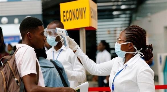 ممرضة تفحص حرارة مسافر في مطار جوهانسبورغ بجنوب أفريقيا (أرشيف)