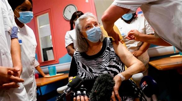 تطعيم أول مسنة فرنسية في مستشفى ريني-موريت في سافران (أ ف ب)
