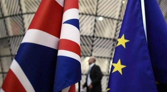 علم الاتحاد الأوروبي وإلى جانبه العلم البريطاني (أرشيف)