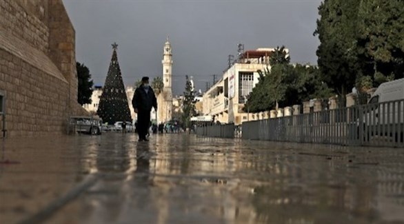 فلسطيني يسير وحيداً قرب كنيسة المهد في ظل الإغلاق (أرشيف)
