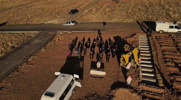 دفن متوفين بكورونا في تركيا (إ ب أ)