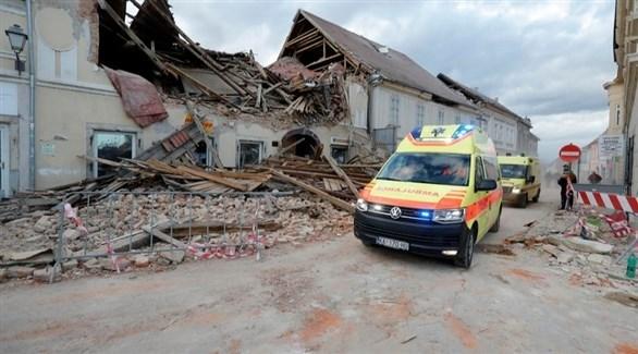 مركبة إسعاف تنقل مصابين من موقع زلزال بيترينيا في كرواتيا (إ ب أ)