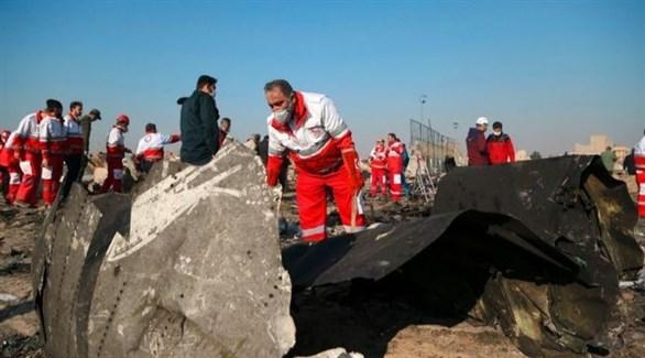 مسعفون إيرانيون حول حطام الطائرة الأوكرانية المنكوبة في طهران (أرشيف)