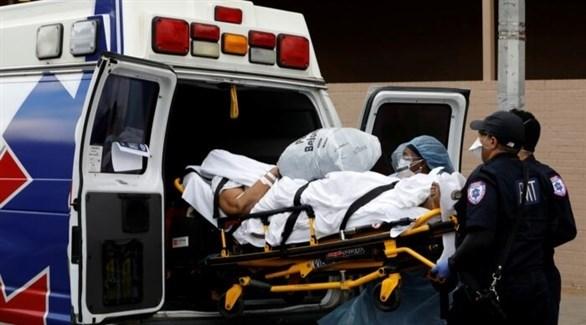 نقل مصاب بكورونا للمستشفى (أرشيف)
