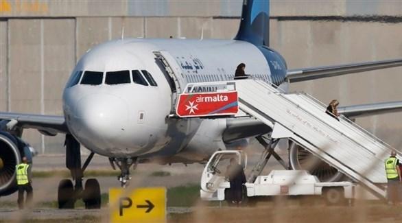نزول ركاب الطائرة المختطفة في مطار مالطا الدولي بعد استسلام خاطفيها (أرشيف)