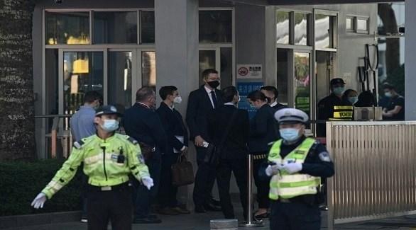 شرطيان صينيان أمام مبنى محكمة في هونغ كونغ (أرشيف)