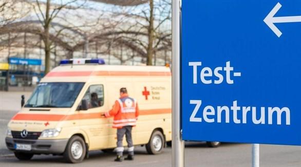 مسعف ألماني يفتح سيارة إسعاف في مركز فحص لكشف كورونا (أرشيف)