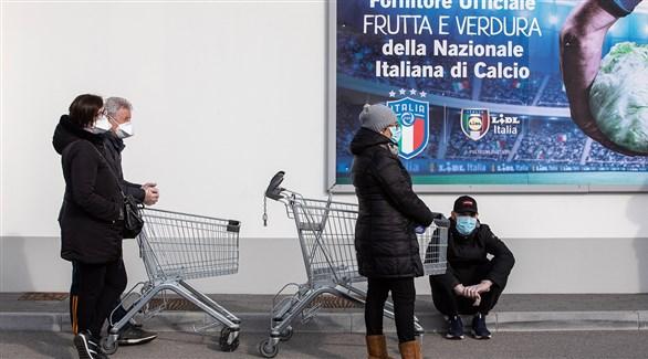 متسوقون أمام مركز تجاري في إيطاليا (أرشيف)