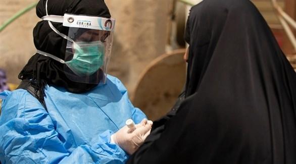 طبيبة عراقية تجري فحص كورونا لسيدة (أرشيف)