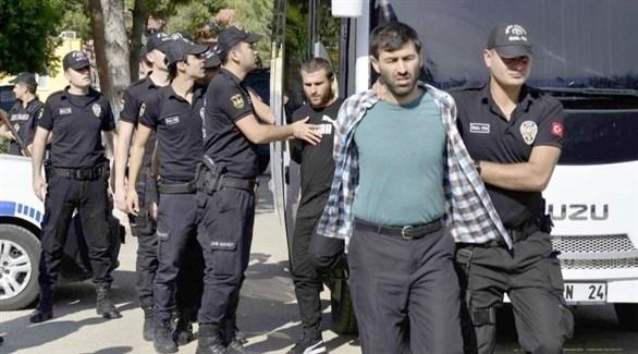 عناصر من الشرطة يقتادون مطلوبين أمنيين (أرشيف)