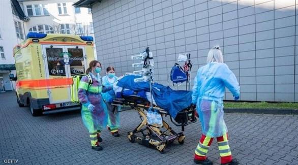 مسعفون ينقلون مصاباً بكورونا في برلين (أرشيف)