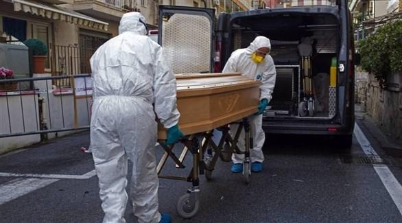 أطباء ينقلون متوفى بفيروس كورونا (أرشيف)