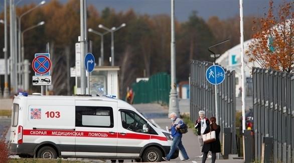 مواطنون بجوار سيارة إسعاف روسية في موسكو (أرشيف)