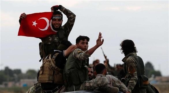 مسلحون يرفعون العلم التركي (أرشيف)