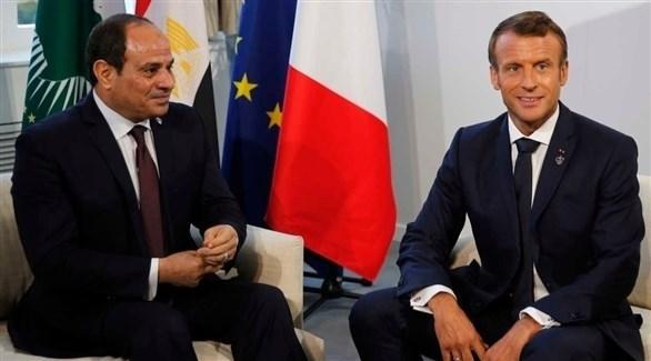 الرئيس الفرنسي إيمانويل ماكرون ونظيره المصري عبدالفتاح السيسي (أ ف ب)