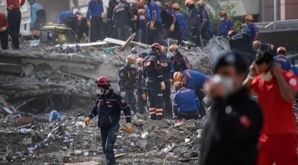 عمال إنقاذ يبحثون عن ناجين من زلزال إزمير (أرشيف)