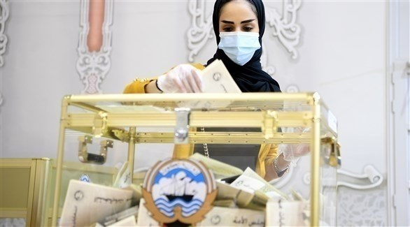 كويتية تدلي بصوتها في الانتخابات (الأوروبية)